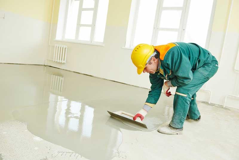 De vloer voorzien van een mooie laag