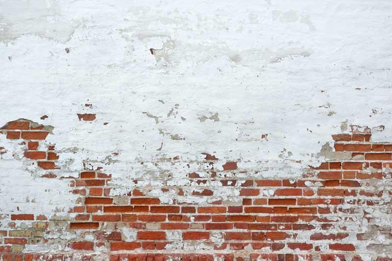 Een muur die voor de helft wit is